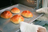 オーブンから取り出されたロールパン