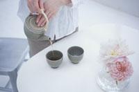 お茶を入れる女性の手元 21008000073| 写真素材・ストックフォト・画像・イラスト素材|アマナイメージズ