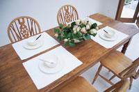 ダイニングルームの木のテーブルと椅子