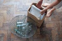 ガラス瓶と古新聞