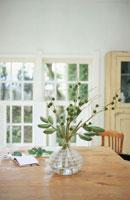 ガラスの花器に活けた植物