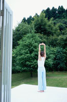 エクササイズをする日本人女性 21008000675C| 写真素材・ストックフォト・画像・イラスト素材|アマナイメージズ