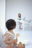 木製のおもちゃの電話で遊ぶ女の子