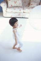 白い大きな風船で遊ぶ女の子