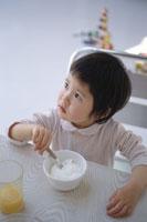 ヨーグルトを食べようとする女の子