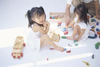おもちゃで遊ぶ姉妹