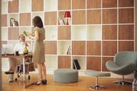 木製のファニチャーのオフィスの男女