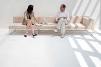 ソファで打ち合わせをするビジネススタイルの男女
