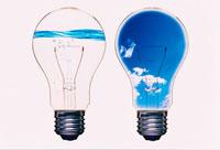電球と空の合成イメージ