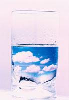 コップと空の合成イメージ