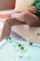 ソファで足を組む男性