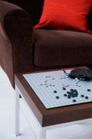 茶のテーブルの上の碁