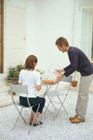 座った女性と立った男性
