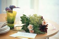 テーブル上のブーケ 21008001524| 写真素材・ストックフォト・画像・イラスト素材|アマナイメージズ