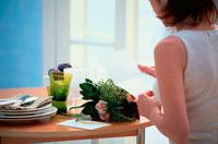 リビングで手紙を読む女性 21008001628| 写真素材・ストックフォト・画像・イラスト素材|アマナイメージズ