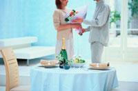 シャンパンのあるテーブルとカップル
