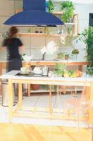 青いレンジフードのキッチン