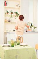 キッチンの女性 21008001650| 写真素材・ストックフォト・画像・イラスト素材|アマナイメージズ