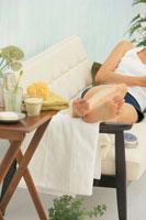 ソファでくつろぐ女性の足