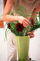 花を生ける女性の手元