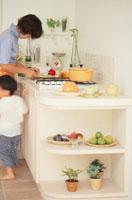 キッチンのお母さんと脇に立つ女の子