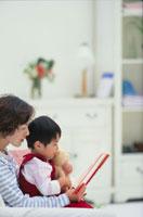 絵本を見てる日本人親子