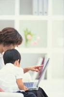 ノートパソコンに向かう母と子