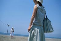砂浜の女性2人