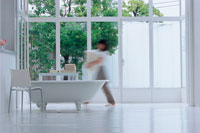 バスルームを歩く女性のシルエット