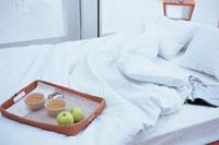 トレーにのった朝食を置いたベッド