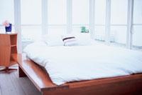 窓に囲まれたベッドルーム