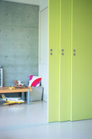 黄緑色の可動式の壁と子供部屋 21008001939| 写真素材・ストックフォト・画像・イラスト素材|アマナイメージズ