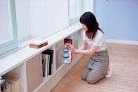 本棚を整理する女性 21008001983| 写真素材・ストックフォト・画像・イラスト素材|アマナイメージズ