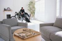 テーブルの上の工具とバイクと男性