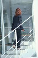 階段を上る黒スーツの女性 21014000079| 写真素材・ストックフォト・画像・イラスト素材|アマナイメージズ
