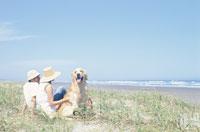ビーチのカップルと犬(ゴールデンレトリーバー) 21014000152| 写真素材・ストックフォト・画像・イラスト素材|アマナイメージズ
