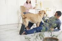 リビングルームのカップルと犬(ラブラドールレトリバー)