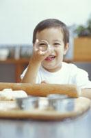 菓子作りの型抜きを持つ男の子