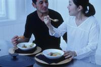 ポトフを食べるカップル