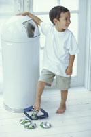 空き缶をつぶすハーフの男の子
