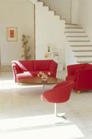 赤いソファのあるリビング 21014000449| 写真素材・ストックフォト・画像・イラスト素材|アマナイメージズ
