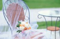 籐の椅子の上のブーケ