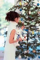 女の子とクリスマスツリー 21014000672| 写真素材・ストックフォト・画像・イラスト素材|アマナイメージズ