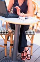 ノートパソコンと女性 21014000689| 写真素材・ストックフォト・画像・イラスト素材|アマナイメージズ