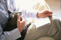 スケジュール帳を見る男性と猫 21014000859| 写真素材・ストックフォト・画像・イラスト素材|アマナイメージズ