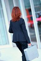 ブリーフケースを持った女性の後姿 21014000995| 写真素材・ストックフォト・画像・イラスト素材|アマナイメージズ