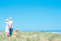 海を見るカップルとゴールデンレトリーバー 21014001108| 写真素材・ストックフォト・画像・イラスト素材|アマナイメージズ