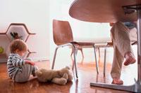男性の足元で床に座る外人子供 21014001253| 写真素材・ストックフォト・画像・イラスト素材|アマナイメージズ