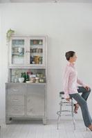 キッチンのイスに座った女性