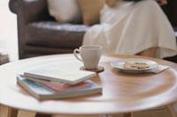 テーブルの上のコーヒーカップと皿